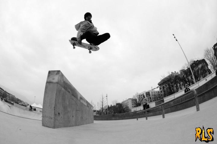 Gitan Tuck Knee - skateboard photo contest Wallplay